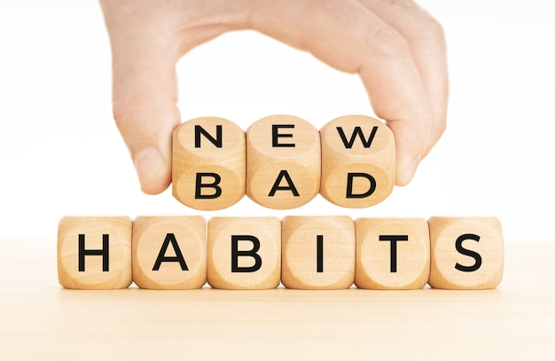 나쁜 습관부터 새로운 습관까지. 손은 나쁜 단어로 나무 블록을 새로운 단어로 바꿉니다.