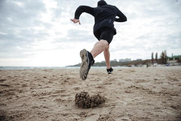下からビーチの背面図の画像ランナー