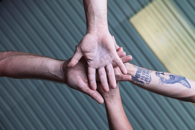 Снизу мужчины держатся за руки