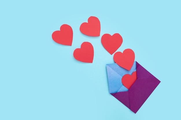 한 봉투에서 붉은 마음이 많이 나옵니다. 2 월 14 일 발렌타인 데이 사랑