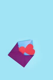 하나의 봉투에서 두 개의 붉은 마음이 나옵니다. 2 월 14 일 발렌타인 데이 사랑