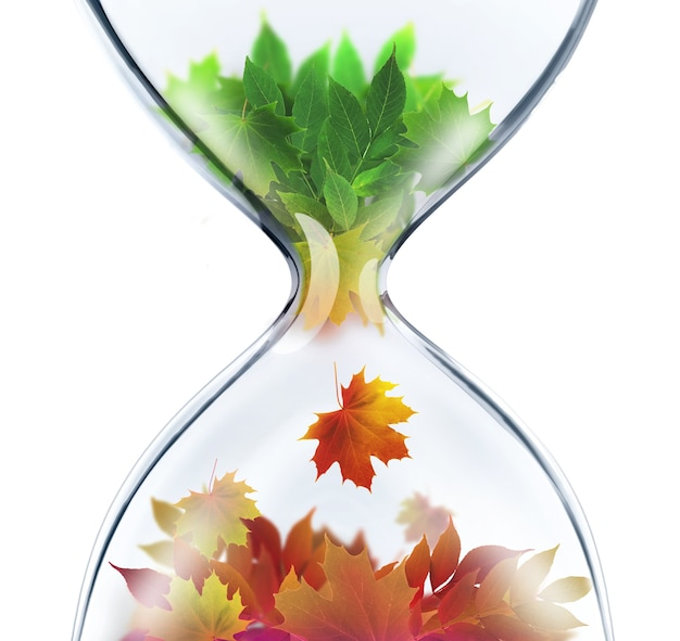 С лета на осень концепция смены времен года с песочными часами
