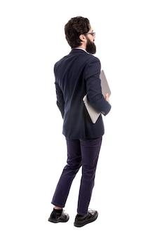흰색 배경에 고립 된 그의 팔에서 랩톱 컴퓨터를 들고 사업가의 뒤에서