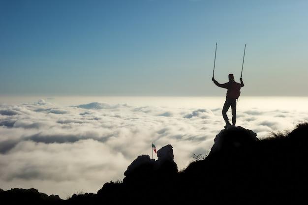 下の霧の海を眺める山の頂上から