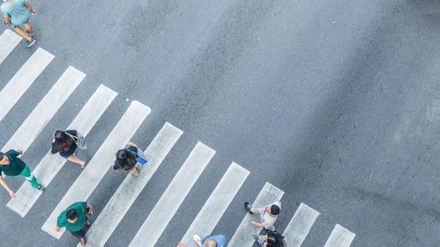 С высоты птичьего полета на уличном пешеходном перекрестке на улице города