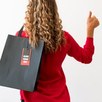 Da dietro la donna e la borsa del black friday