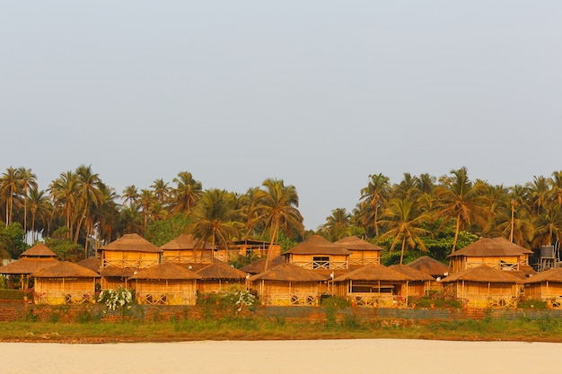 海の海岸にあるバンガロー、竹のfromとヤシの葉の家のネットワーク。居心地の良いビーチ、ゴア、インド。