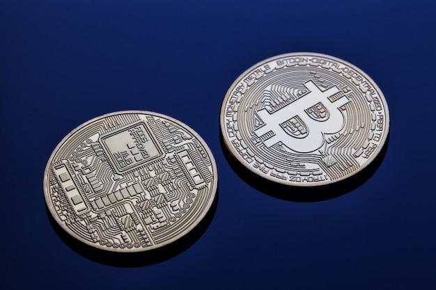 青い壁の仮想通貨ビットコインの前面と背面