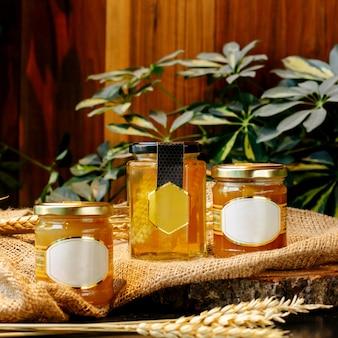 Передний угол мёда в стеклянных банках