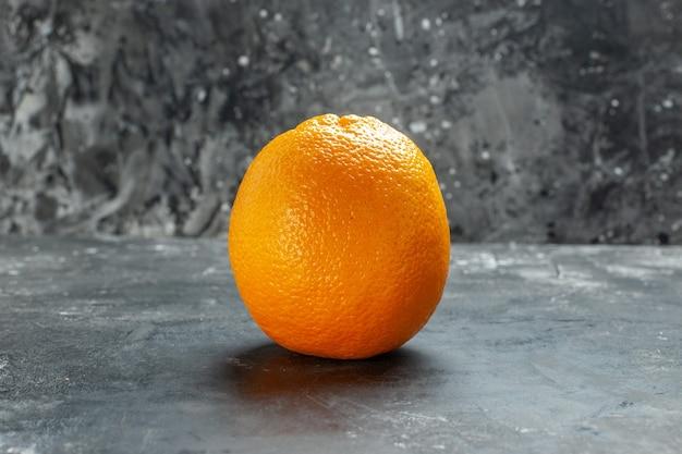 Vista ravvicinata frontale dell'arancia fresca organica naturale su sfondo scuro