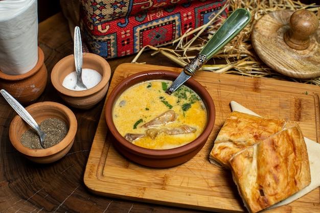 Una vista frontale da vicino vista zuppa gialla con verdure e verdure con fette di pane