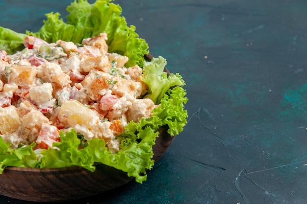 Vista ravvicinata di pollo insalata di verdure insalata mayyonaised su scrivania blu scuro insalata di verdure colore pasto cibo pranzo