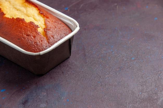 Вид спереди крупным планом вкусный запеченный пирог, сладкий торт для чая на темном фоне, чайный торт, бисквит, сладкий пирог, сахарное тесто