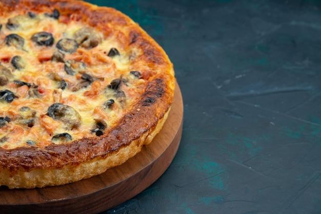 Vista frontale ravvicinata di una deliziosa pizza cotta con formaggio e olive sulla scrivania scura