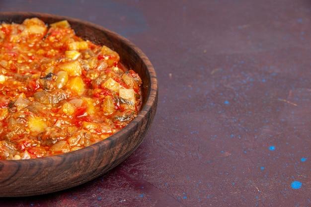Вид спереди крупным планом вкусные приготовленные овощи, нарезанные с соусом на темном фоне, еда, соус, суп, еда, овощ