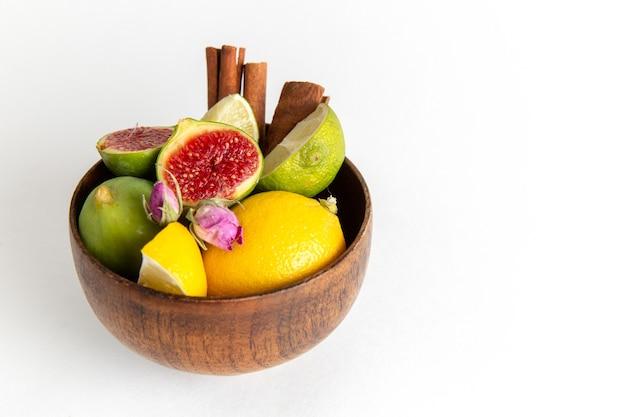 Вид спереди крупным планом свежий инжир внутри коричневого горшка на белой поверхности фруктовый спелый деревенский завод летний свежий