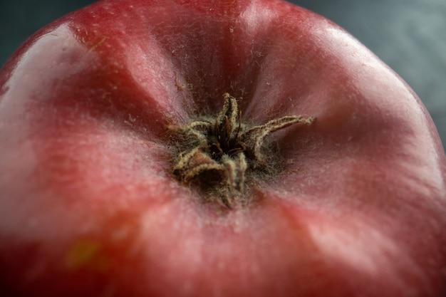Vista ravvicinata frontale mela rossa fresca su foto a colori di frutta grigia