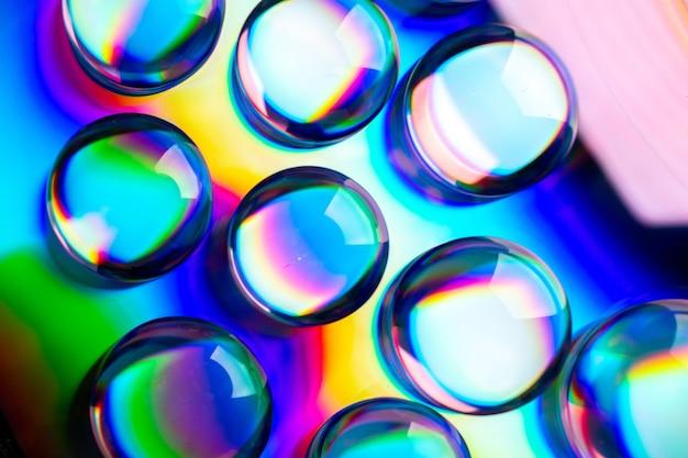 Вид спереди крупным планом музыкальная пластина с каплями на темном музыкальном альбоме, клубная мелодия, цветная песня