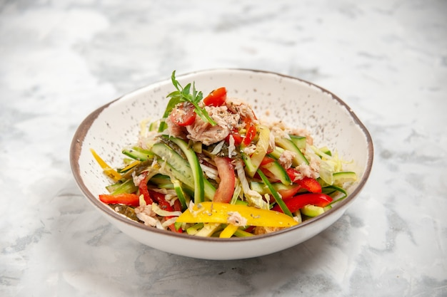 空きスペースのあるステンド グラスの白い表面に野菜とおいしいチキン サラダの正面クローズ ビュー