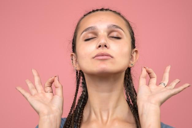 ピンクで瞑想する少女の正面の拡大図