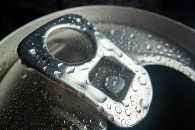 전면 닫기 보기 열린 소다 캔 콜라 사진 물