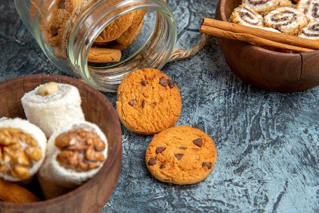 Vista ravvicinata frontale di biscotti dolci con confetture su superficie scura