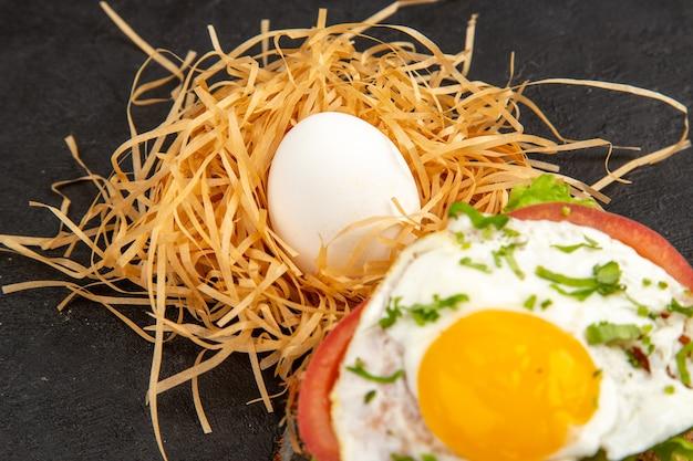 전면 닫기보기 어두운 배경에 맛있는 계란 샌드위치 사진 음식 식사 아침 식사 동물 그림 물감 아침 차 샐러드