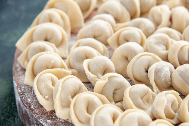 Vista frontale ravvicinata gustosi gnocchi su pasta blu scuro colore carne cibo pasto calorico piatto alimentare