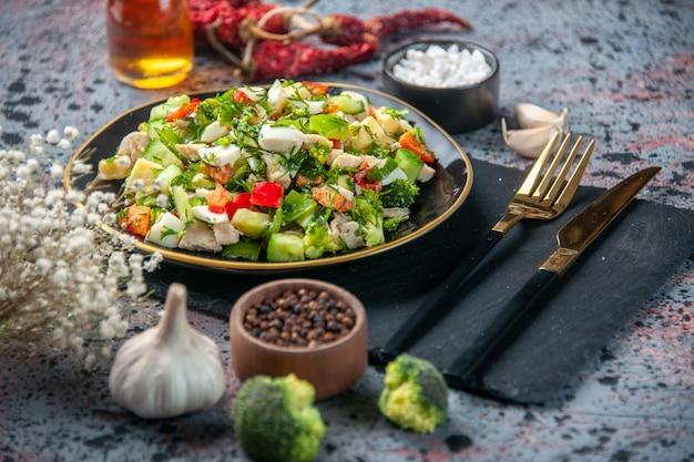 フロントクローズビュー野菜サラダは、プレート内のキュウリチーズとトマトで構成されています