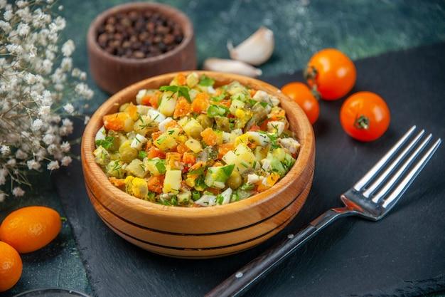 어두운 배경에 작은 접시 안에 삶은 재료에서 전면 닫기보기 야채 샐러드