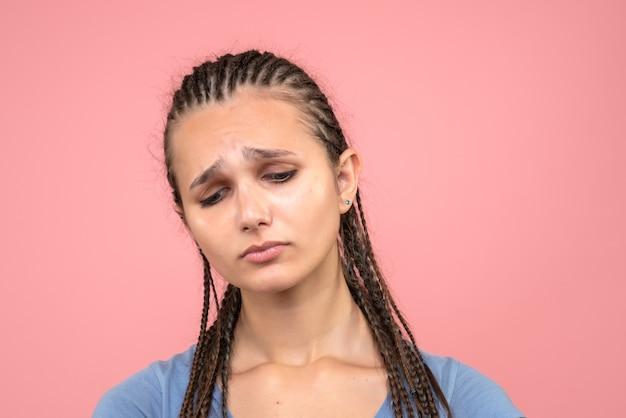 正面のクローズビュー若い女の子はピンクでストレスと悲しい