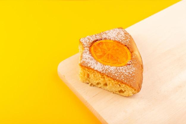 Un fronte chiuso vista arancione fetta di torta dolce delizioso gustoso sulla scrivania in legno color crema e sfondo giallo biscotto di zucchero dolce