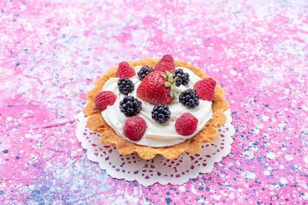 正面の拡大図ライトにベリーと小さなクリームケーキ