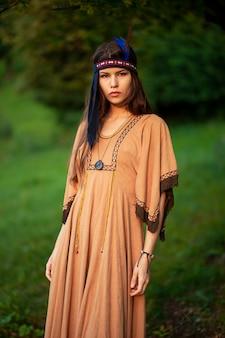 伝統的なドレスの美しい若い女性の正面のクローズアップの肖像画
