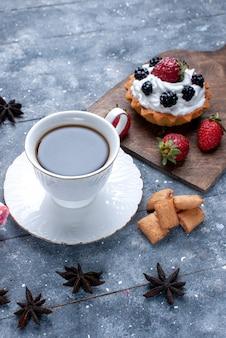 明るい上に赤いイチゴのクッキーとコーヒーの正面の遠景カップ