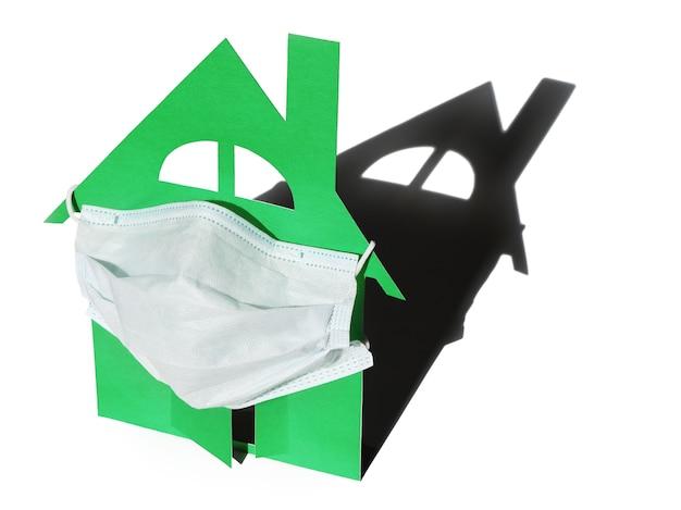 Входная дверь модели дома защищена медицинской маской.