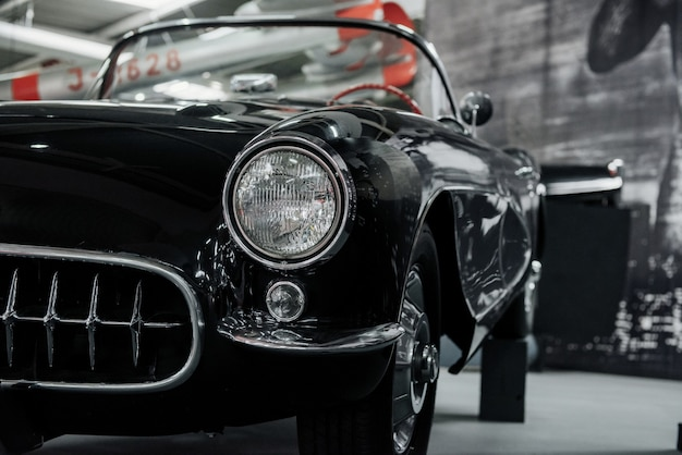黒の高級ヴィンテージカーのフロントヘッドライト