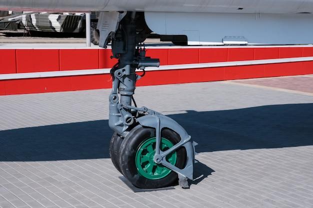 大きな航空機の前部着陸装置のクローズアップの詳細ビュー。軍事機器。