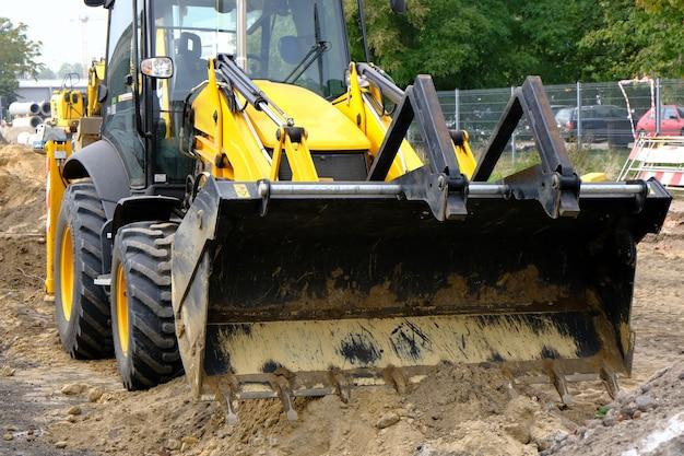 街の通りの道路建設のフロントローダー。