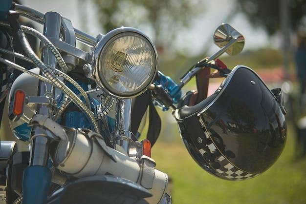 カスタムバイクの前面、目に見えるクローム、ファンクラブ、ヘルメットの裏打ちが付いたハンドルバー、動きは旅を始める準備ができています。