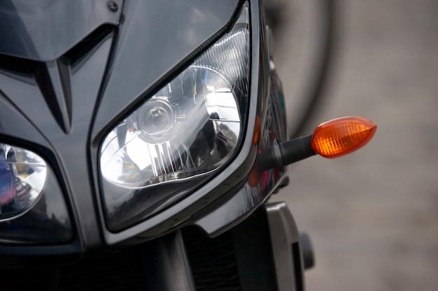헤드 라이트와 함께 현대 오토바이의 앞.