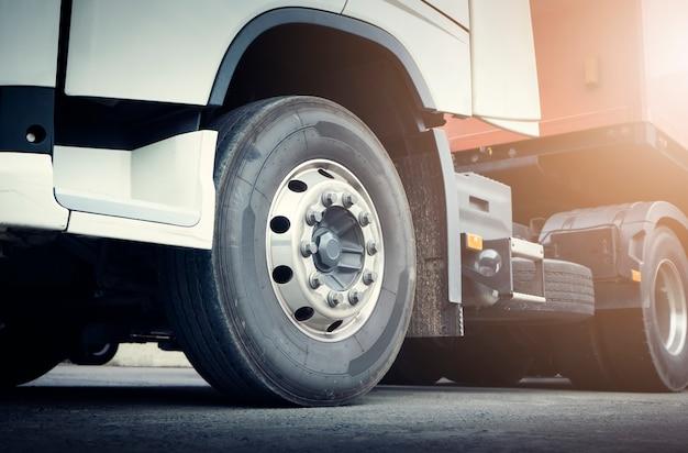 Передняя часть полуприцепа колес на парковке грузовые грузовые автомобили