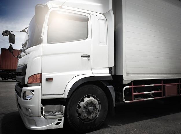 흰색화물 트럭 주차장 앞. 산업화물화물 트럭 운송.