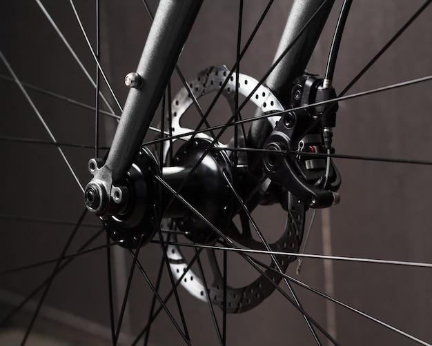 Передняя часть велосипеда с дисковой тормозной системой, крупный план.