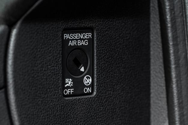 助手席エアバッグのオン/オフスイッチのクローズアップビュー。助手席エアバッグロック。 srsキー制御システム。エアバッグ非アクティブ化ロックが閉じます。