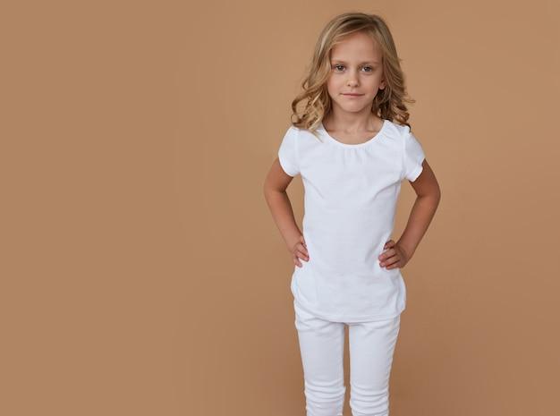 Передний портрет довольно маленькой красивой девушки с вьющимися волосами, одетой в белую одежду
