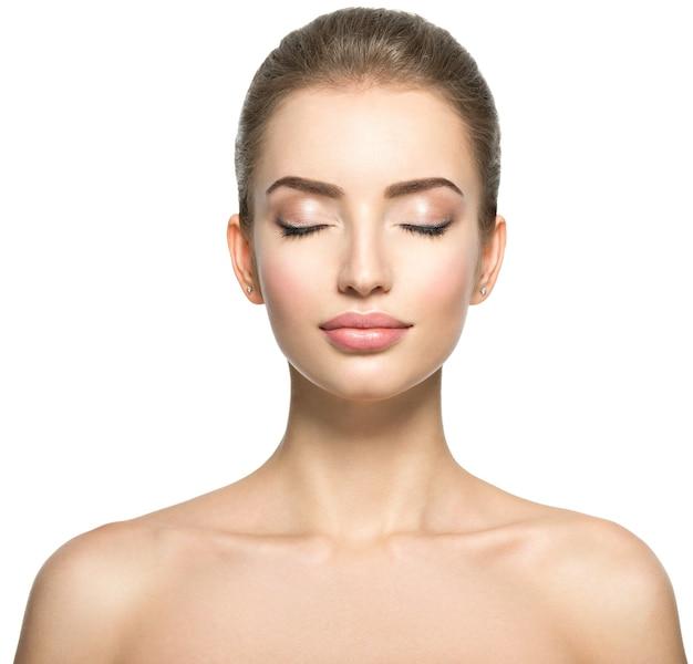 Ritratto frontale della donna con il volto di bellezza