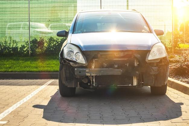 도로에서 사고 후 추락한 자동차의 전면. 주차장에 난파된 차, 사고 개념 후 보험