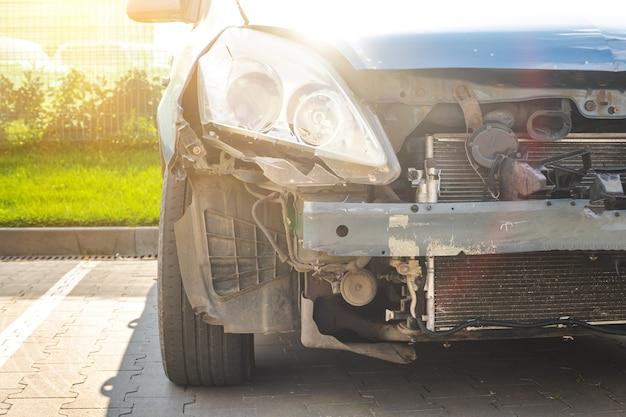도로에서 사고 후 난파된 자동차의 전면. 부서진 차량, 충돌, 손상 자동 개념 사진