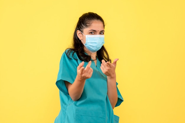 Фронт соперничает с женщиной-врачом с маской, указывая пальцами вперед
